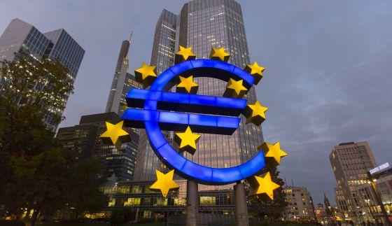 La escultura gigante con el símbolo del euro delante de la sede del Banco Central Europeo.