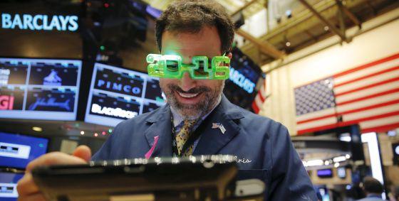 Un agente de Bolsa celebra en Nueva York el nuevo año.