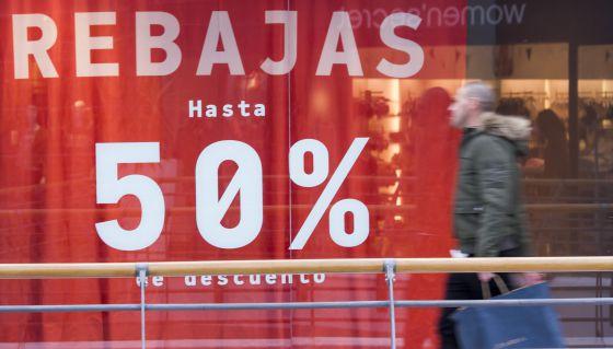 Escaparate con descuentos en el centro de Sevilla.