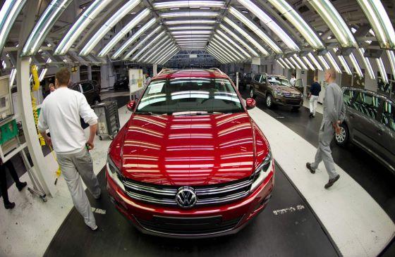 Empleados de Volkswagen inspeccionando un Tiguan