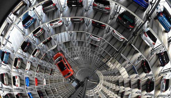 Varios coches en una factoría de VW en Wolfsburgo (Alemania).