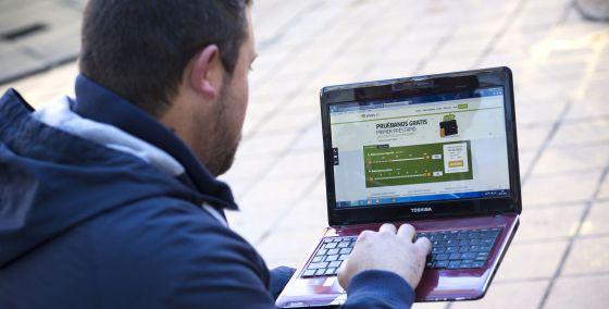 Alberto B. consultando la página web de Vivus, la empresa que le prestó 200 euros y a la que tuvo que devolver más de 1.000