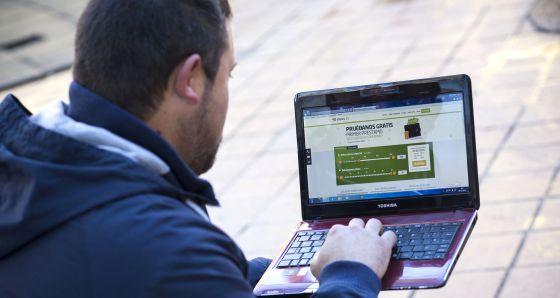 Alberto consulta la página web de Vivus