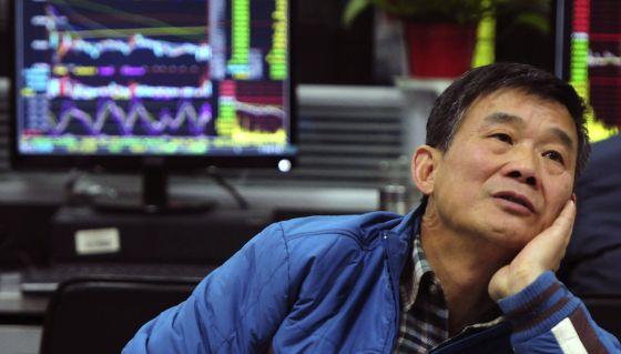 Un inversor, este lunes frente a una pantalla de cotizaciones en la provincia china de Jiangxi.