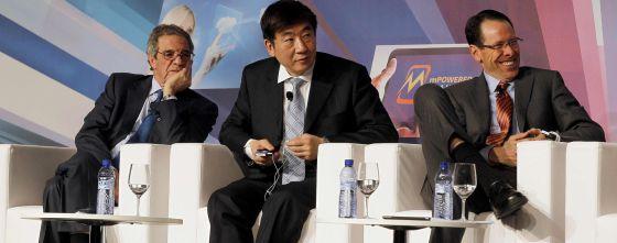 Los presidentes de Telefónica, César Alierta (izquierda) y China Mobile, Xi Guohua (centro), y el director ejecutivo de AT&T, Randall Stephenson.