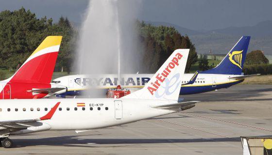 Tres aviones de Iberia, Air Europa y Ryanair en el aeropuerto de Vigo.