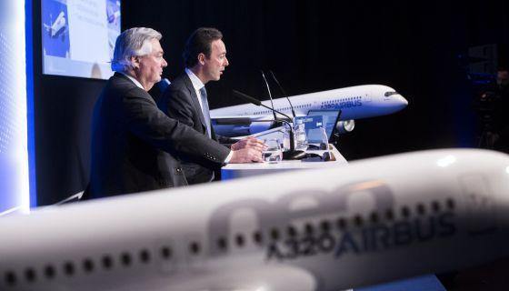Fabrice Bregier, primer ejecutivo de Airbus (derecha) y John Leahy, jefe de operaciones de la firma, este martes en París.