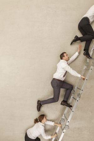 Los trepas intentan escalar a expensas de los demás.