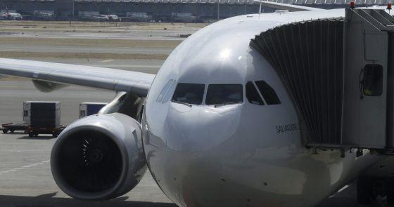 Un avion de Iberia a punto de despegar en el aeropuerto de Barajas.