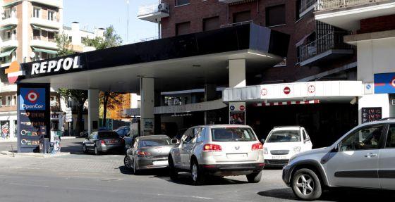 Cola de automóviles a la entrada de una gasolinera