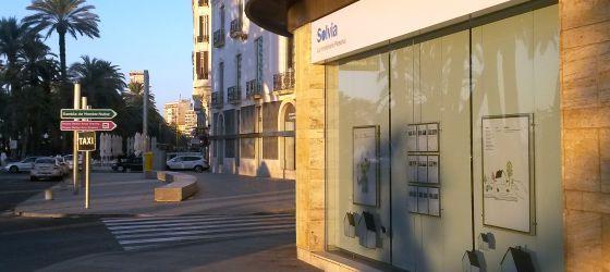 Primera agencia inmobiliaria de Solvia, situada en la avenida de Juan Bautista Lafora (Alicante).