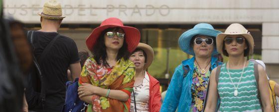 Turistas asiáticas salen del Museo del Prado en Madrid.