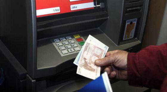 Un hombre retira dinero de un cajero automático