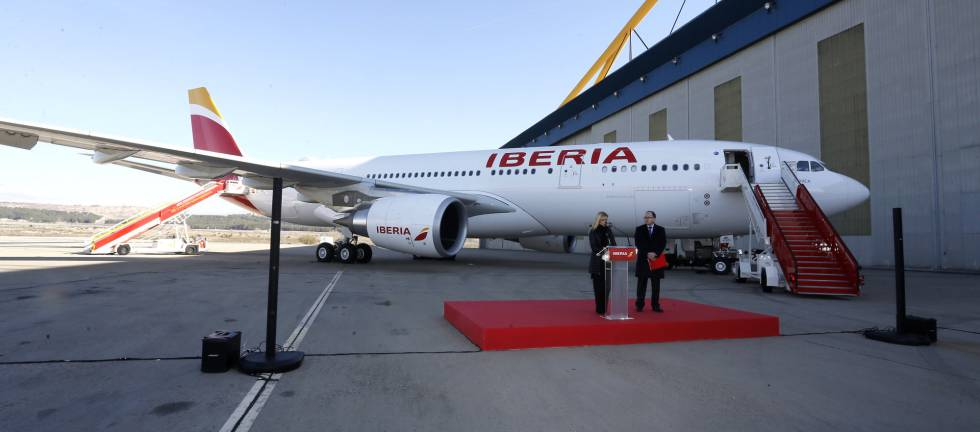 Presentación del nuevo avión de Iberia, el A330-200, a la que han asistido Cristina Cifuentes y Luis Gallego.