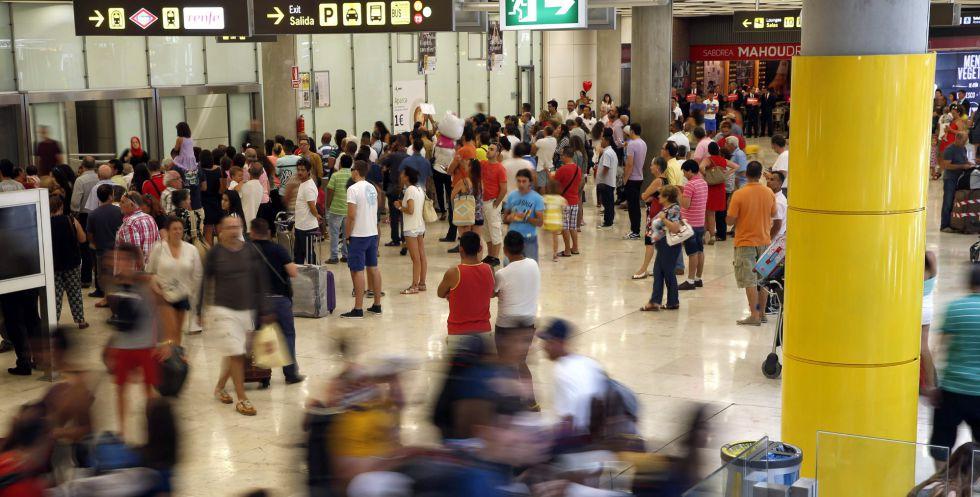 Viajeros en la zona de llegadas de la T4, en el aeropuerto Adolfo Suárez Madrid-Barajas. EFEArchivo