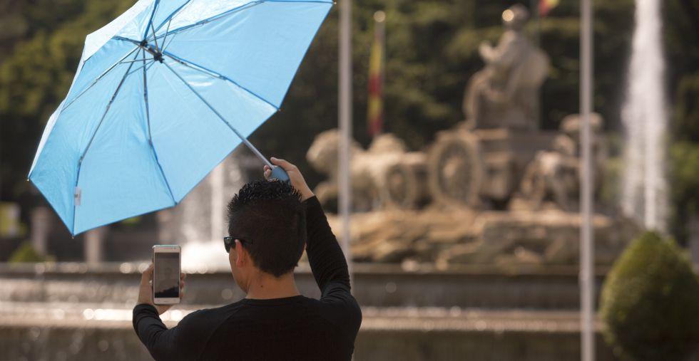 Una mujer se hace un 'selfie' en Madrid