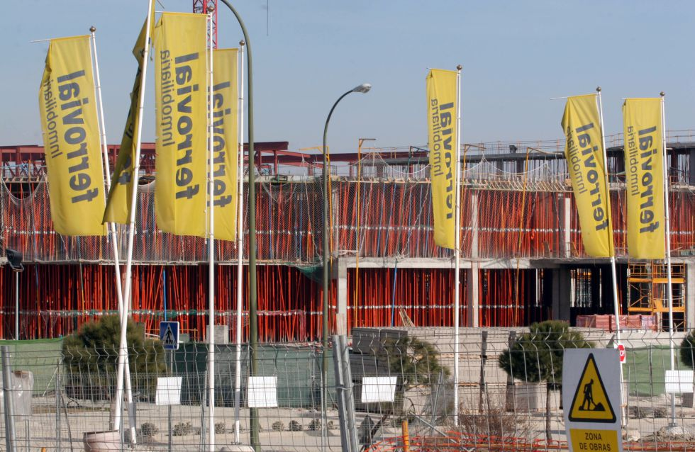 Carteles de Ferrovial frente a una obra de Madrid