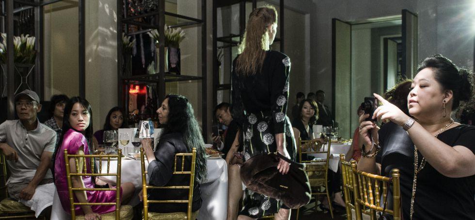 Desfile de la italiana Miu Miu -propiedad de Prada- al que asisten algunos de sus mejores clientes en Shanghái.