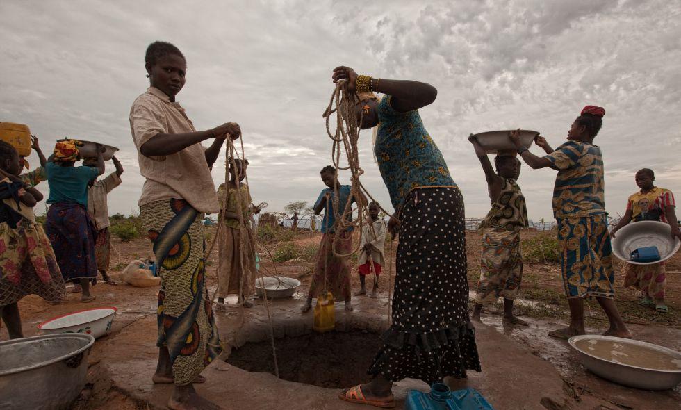 Varias personas extraen agua en el campo de refugiados de Kabo, Republica Centroafricana.