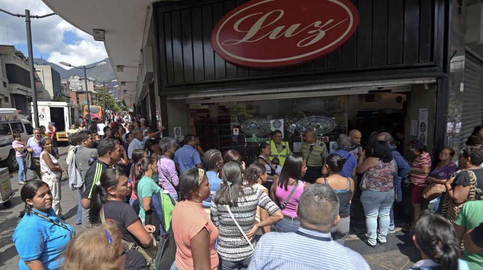Colas ante las puertas de un supermercado en Caracas