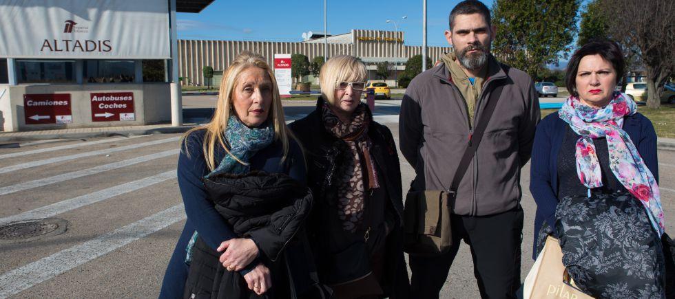 Desde la izquierda, las hermanas Magdalena y Montse Martínez, Pedro Ibarra y Nati Alcalde en la fábrica de Altadis de La Rioja.