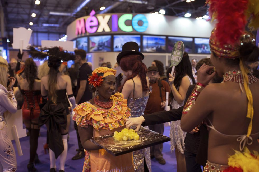 Una mujer vestida con un atuendo tradicional colombiano, este viernes en Fitur.