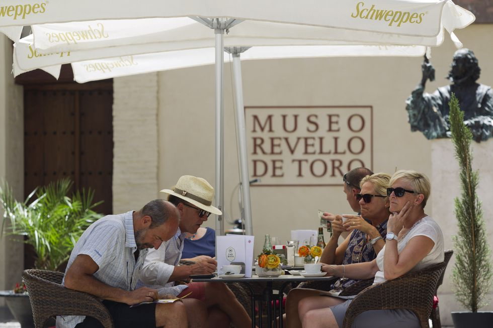 Turistas en la terraza de un bar