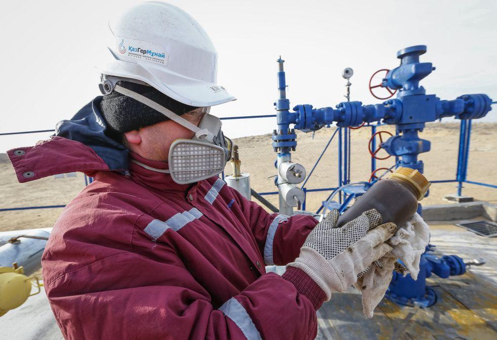 Un operario de una instalación de extracción de crudo