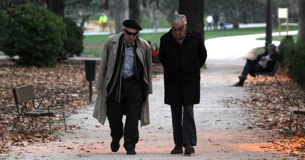 Una pareja de jubilados en el Parque del Retiro, en Madrid