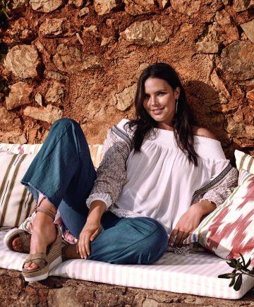 La modelo Candice Huffine, imagen de la marca Violeta by Mango