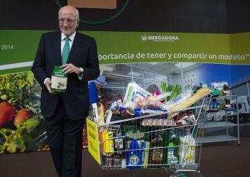 Juan Roig, presdiente de Mercadona, con productos de la empresa