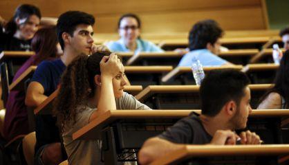 Alumnos de la Universidad Complutense durante los exámenes.