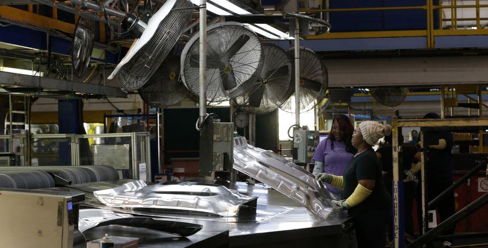 Dos trabajadoras en la planta de Fiat Chrysler en Warren (Michigan), la semana pasada.