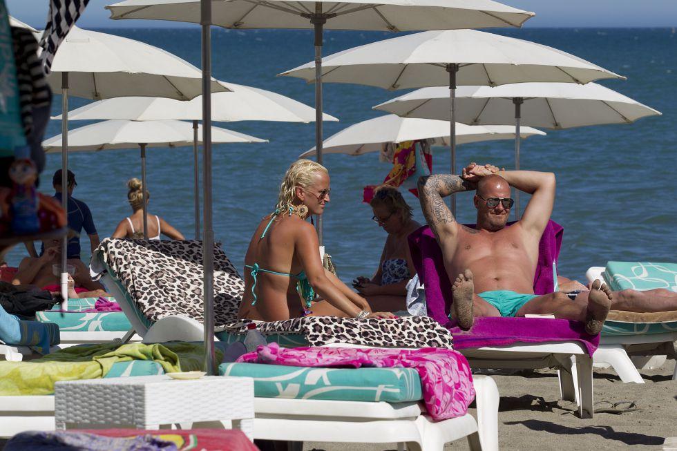 Turistas ingleses toman el sol en una playa de Torremolinos (Málaga)rn rn