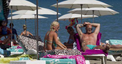Turistas ingleses toman el sol en una playa de Torremolinos.