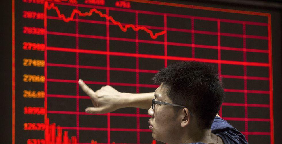 Un inversor contempla un panel con la cotización de la Bolsa de Pekín