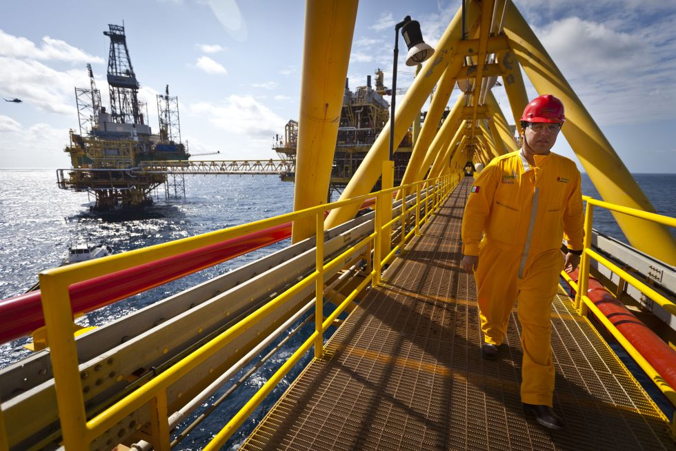 Un trabajador de Pemex en una plataforma petrolífera.
