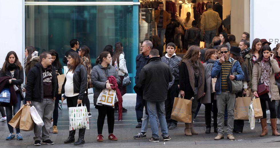 Consumidores a la puerta de la tienda de la cadena Primark en la Gran Vía de Madrid en las pasadas navidades
