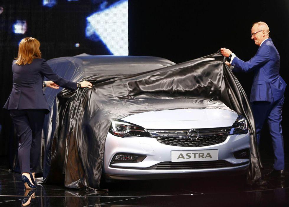 La presidenta y el consejero delegado de General Motors, el pasado 15 de septiembre en la presentación del nuevo Opel Astra.