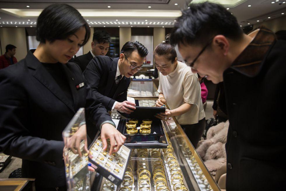 Dos empleados atienden a clientes en una joyería de Hong Kong.