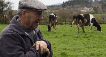 Un ganadero gallego de la zona de Palas de Rei (Lugo), con su ganado.