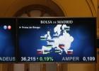 Panel informativo que muestra los valores de la prima de riesgo en la Bolsa de Madrid.