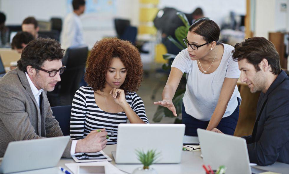 Varias personas trabajan juntas en una oficina.