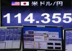 Dos operadores de la Bolsa de Tokio miran los índices.
