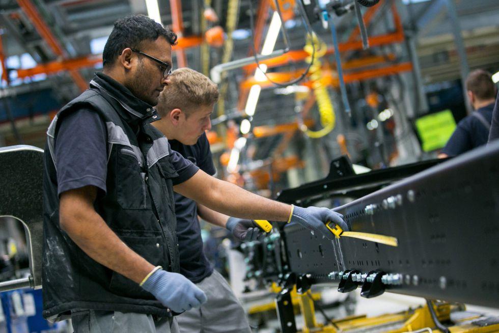 Dos empleados del fabricante de camiones MAN, en la principal planta industrial de Volkswagen en Múnich (Alemania).