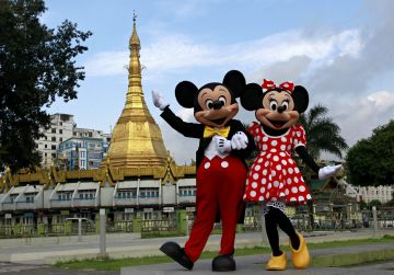 Mickey y Minnie Mouse frente a la pagoda de Suu lay en Rangún (Birmania)