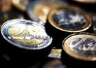Detalle de varias monedas de uno y dos euros.