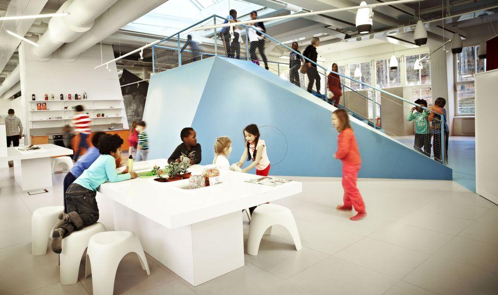 Estancia de uno de los colegios públicos suecos diseñados por Rosan Bosch Studio.