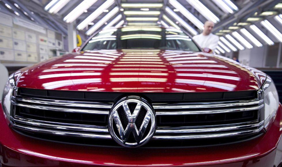 Un empleado del fabricante automovilístico alemán Volkswagen mientras inspecciona un vehículo en Wolfsburgo, Alemania.
