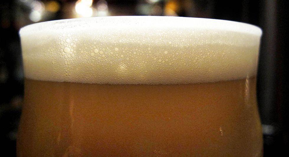 Detalle de un vaso de media pinta de cerveza.